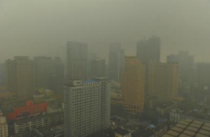 10月20日,站在岳府街某高楼的楼顶上看到的成都笼罩在雾霾之中。 (本报资料图片)