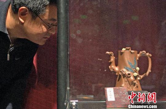 中国紫砂大师谢曼伦天津义拍作品献爱心