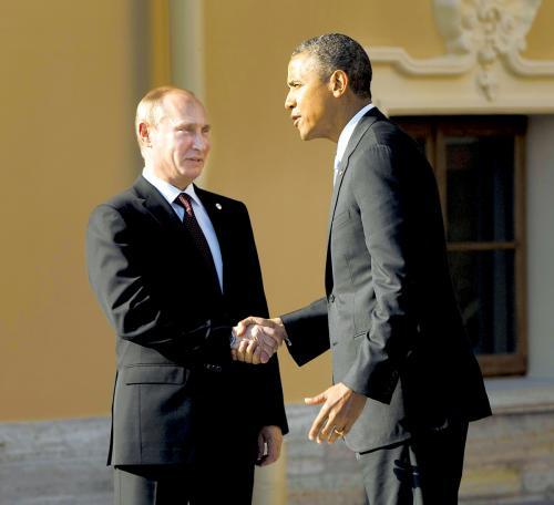 在最新公布的《福布斯》全球最具权势人物排行榜中,普京压过奥巴马位列第一。图为今年9月两人在圣彼得堡G20峰会上握手。
