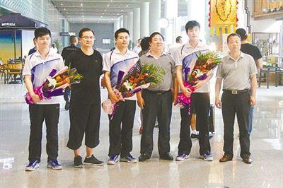 陕西宁陕县副县长叶庆春(左四)等人在咸阳国际机场跟学生合影。柯尊年供图