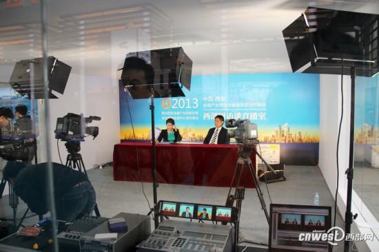 西部网透明直播室正在进行视频访谈