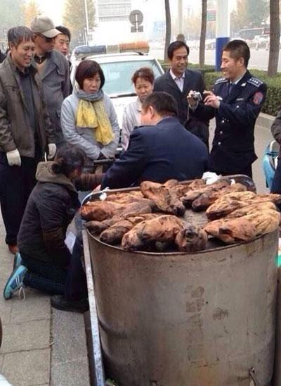 唐山城管拍照边笑 烤白薯摊贩下跪(图据网友微博)