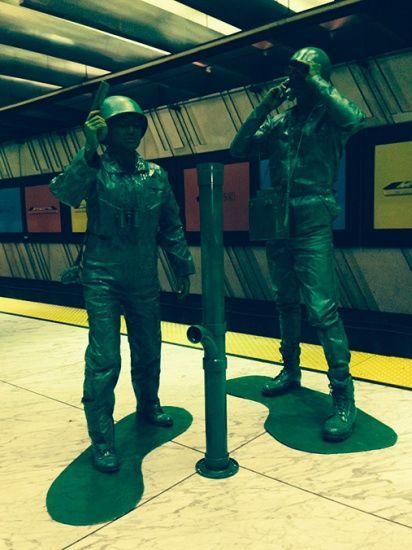 真人版绿色玩具兵引人围观