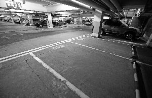 """""""以停车泊位控制机动车增长"""",交通部门正研究该政策的实施可行性。晨报记者"""