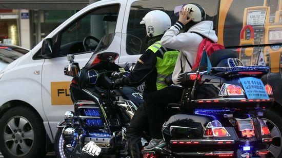 韩国举行高考,警察骑摩托车送考生-韩国65万人参加高考 警察骑摩托