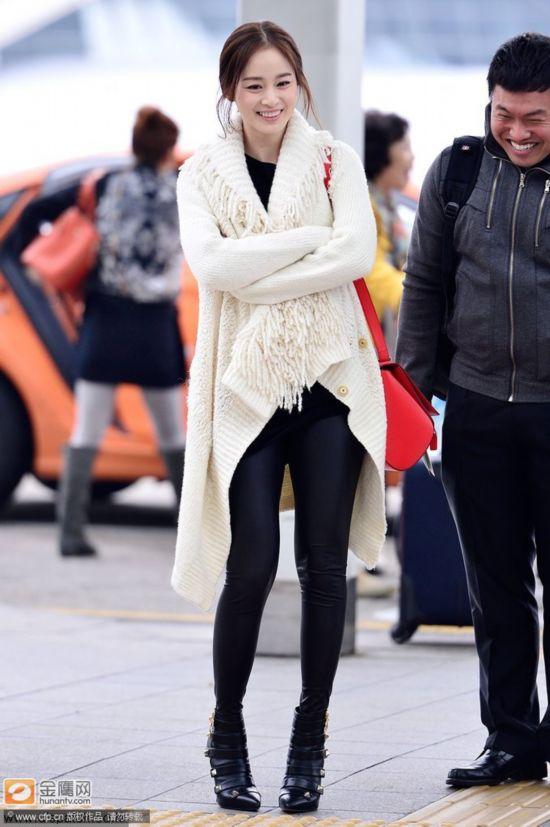 金泰熙现身机场显潮范 韩国第一天然美女萌态