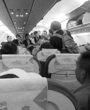 大妈和老外飞机上掐架致航班延误 赔了老外300元