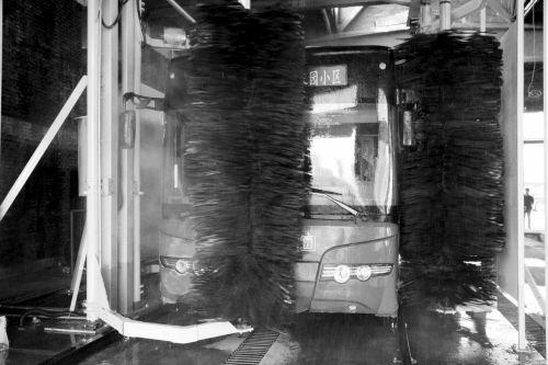 沈城首台公交自动洗车机启用 洗1辆车1分钟