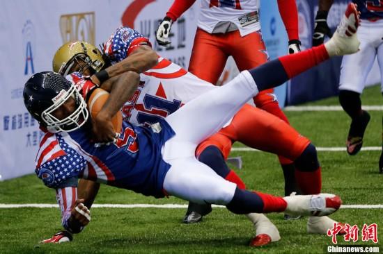 美式室内橄榄球与美式场地橄榄球比赛基本相同,尤其是场地紧凑,攻防图片