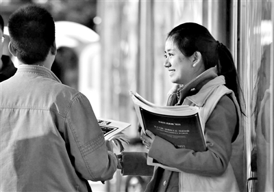 胡莹/十里河桥北,体育新闻部胡莹正在售卖新京报十周年特刊。...
