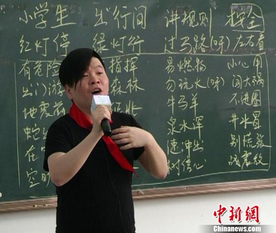 """音乐人常石磊云南禄劝唱""""安全""""自称""""宅男"""""""