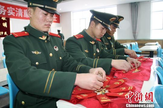 武警新疆边防总队后勤基地欢送老兵退伍相拥道