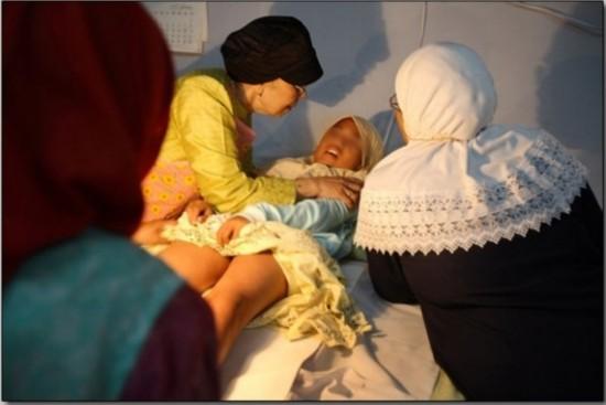 实拍印尼女孩割阴 手术 全程不用麻醉药