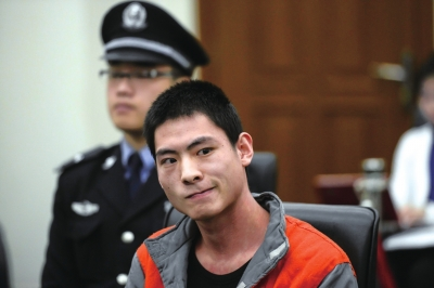 男子刺死劝阻者表悔意 其行为涉嫌故意杀人罪