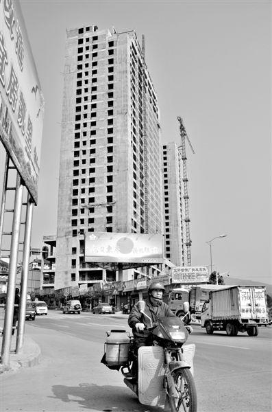 湖南商人唐绍平打造的五星级酒店。今年5月唐绍平已被有关部门带走调查。酒店装修等目前停工。 新京报记者 周清树