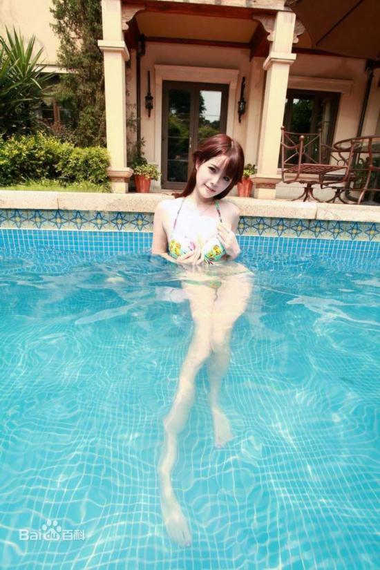 湖南农大校花泳装照疯传 孔一红在泳池里大做
