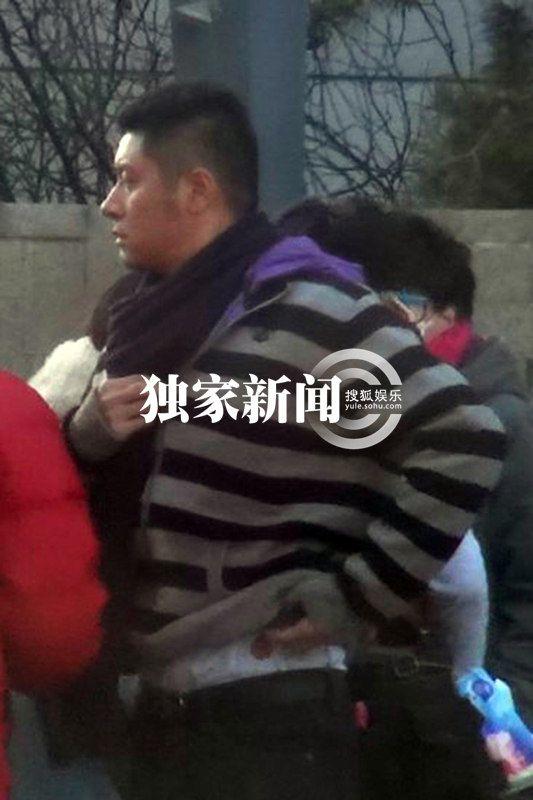 北京 谢园/原标题:独家:任重何赛飞街边拉扯谢园扮偷窥街边耍宝