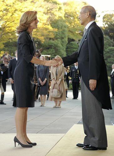 美驻日新大使乘马车见日本天皇 民众夹道欢迎