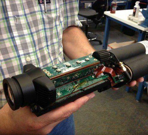 集成电路板会被安装在Tracking Point步枪的瞄准镜内部,该公司将其称为Networked Tracking Scope(联网追踪瞄准镜),该瞄准镜与Tracking Point步枪的光学器件及其制导扳机连线。Tracking Point的工程师花费了很多时间才找到将微型电脑、光学器件、电池及其他部件置于如此狭小的空间中的方法。      Tracking Point在人类工程学领域中进行了大量研究公司,才设计出了XS系列远程狙击步枪产品。Tracking Point远程狙击步枪与传统