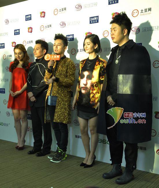 张杰 权志龙/[提要] 比起女明星夸张多彩的穿衣方式,帅锅们的搭配虽然色调...