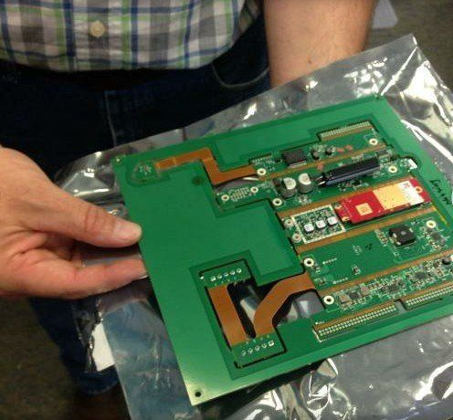 图中是tracking point步枪所使用的一块集成电路板.