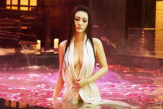 【高清组图】 柳岩新片曝全裸出浴照 仅以白纱
