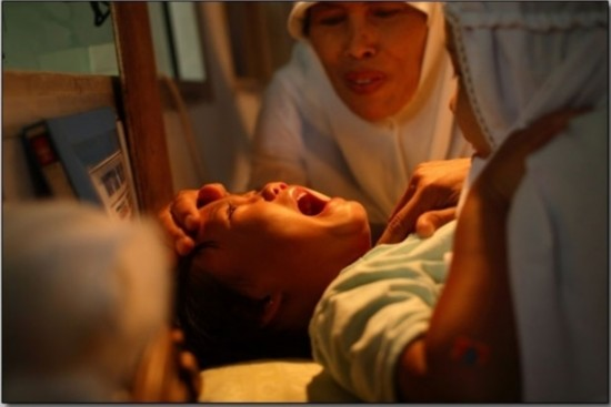 惨无人道!现场实拍印尼女孩神秘割阴手术(图)