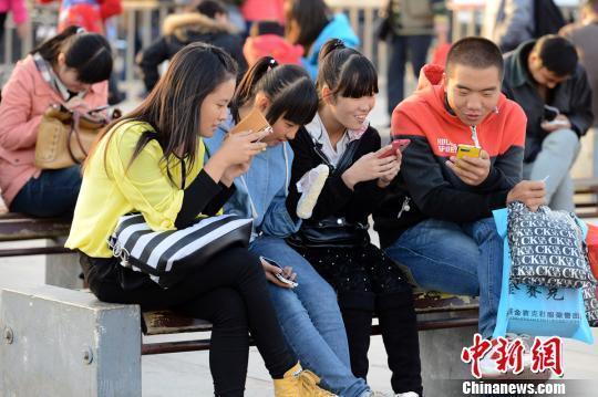 女子玩手机致颈椎变形 手机控让中老年病年轻化