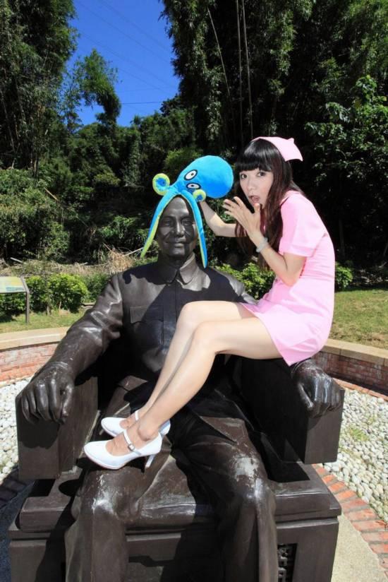 台湾美女小护士恶搞蒋介石塑像组图
