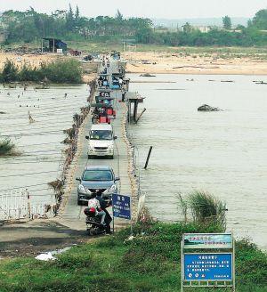 定安县定城镇与海口市东山镇的马坡木桥修好通车 洪宝光 摄