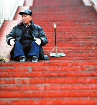 """北京百余人接过""""意外坠亡扫桥爷爷""""扫帚"""