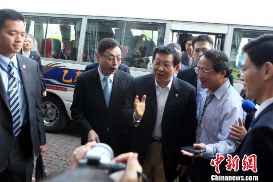 图为陈德铭乘车来到屏东农业生物科技园区。 董会峰 摄
