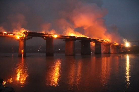 重庆风雨廊桥失火被烧毁 有亚洲第一桥之称