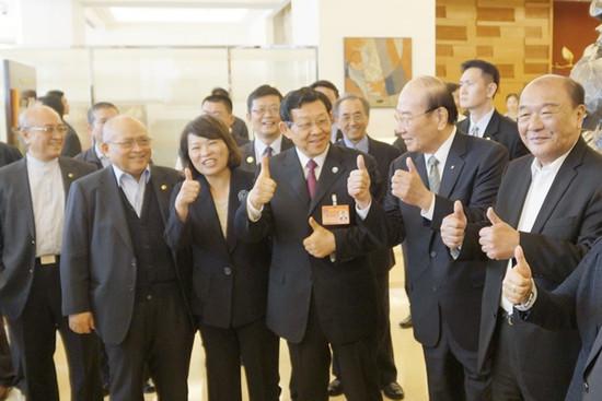 """陈德铭29日中午在台湾嘉义市用餐,品尝地道嘉义火鸡肉饭,餐后面对媒体时,开心地比出两只大拇指,盛赞嘉义鸡肉饭实在好吃。台湾""""中广新闻网""""图"""