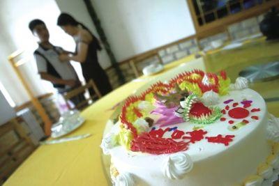 丰台王佐司法所工作人员给在社区进行矫正的少年小李过生日。工作人员不但为小李买了蛋糕和衣服,同时还将他已经离婚的父母请到了现场。(资料图片)京华时报记者董世彪摄