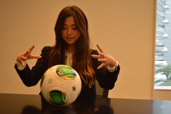 日本美女占卜师预测足球 比分神准堪比女巫