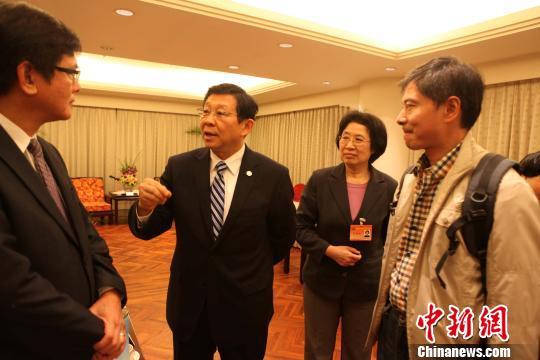 图为陈德铭(中)与台媒负责人和大陆驻点记者交谈。 董会峰 摄