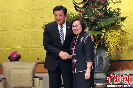 12月2日下午,海协会会长陈德铭在台北拜会已故台湾海基会首任董事长辜振甫先生的夫人辜严倬云女士。图为陈德铭与辜严倬云女士握手合影。中新社发 叶小刚 摄