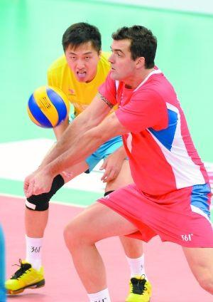 北京男排沃特(右)在与河北队的比赛中接球. 新华社记者 李
