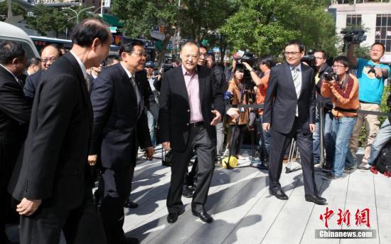 12月1日,海协会会长陈德铭率团参访宏达电(HTC)新店总部,受到HTC执行长周永明热情接待。当天,陈德铭在台北、新北展开密集行程,活动达九项之多。中新社发 董会峰 摄