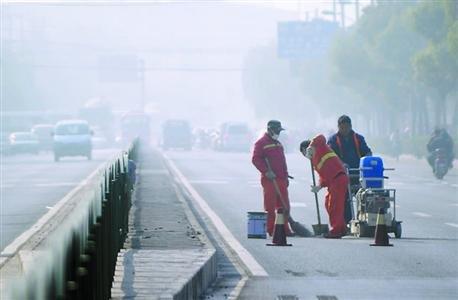道路養護人員在霧霾天工作晚報記者 龔星 現場圖片