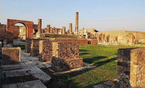 公元79年,庞贝古城因火山爆发被掩埋,直到18世纪才被发掘,为了解古罗马的社会生活提供了重要的资料。