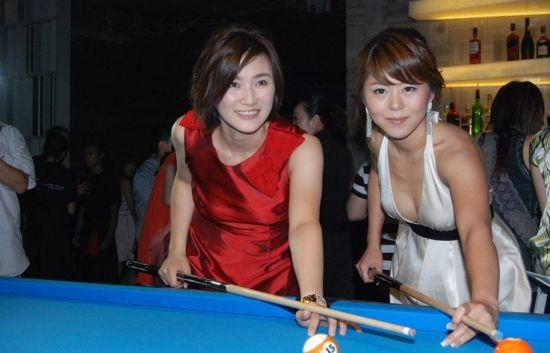陈纯甄在中国上海开设最大的台球酒吧开业