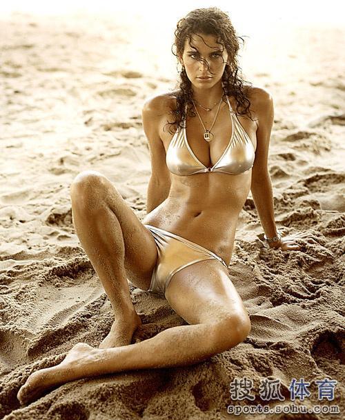 原标题:世界杯抽签爆乳美女主持:巴西超模