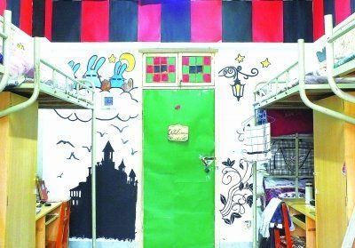 在宿舍的墙上画上画,顿时风景就不一样了。