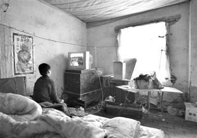 11月21日,武文英小儿子中午放学回家坐在床上看电视,母亲进看守所之后,小儿子变得沉默寡言。