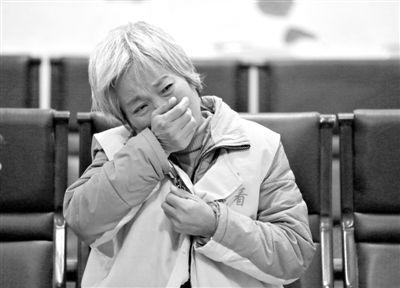 11月20日,河南省鹿邑县法院,武文英涉嫌故意杀人被审。去年2月,她把农药瓶递给脑瘫双胞胎儿子,致二子死亡。长期辛劳,46岁的她早已满头白发。A14-A15版摄影/新京报记者 黄月