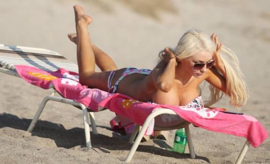 美国人妻嫩模海边度假遭偷拍