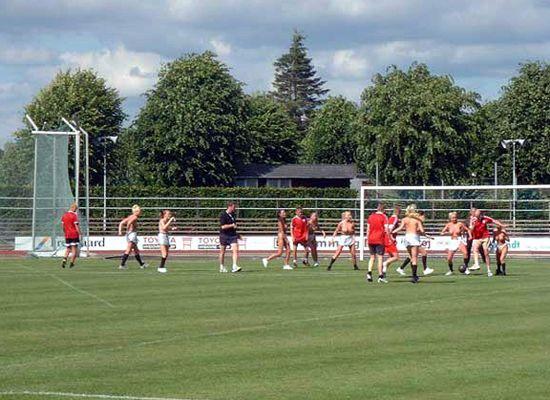 德国女子裸体足球赛:露巨乳露细腰吸引眼球(图