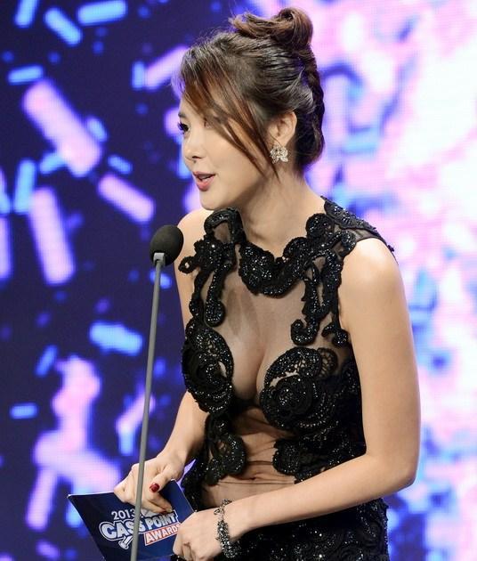 诱惑透视装女星韩国棒球颁奖大秀美胸 中国日